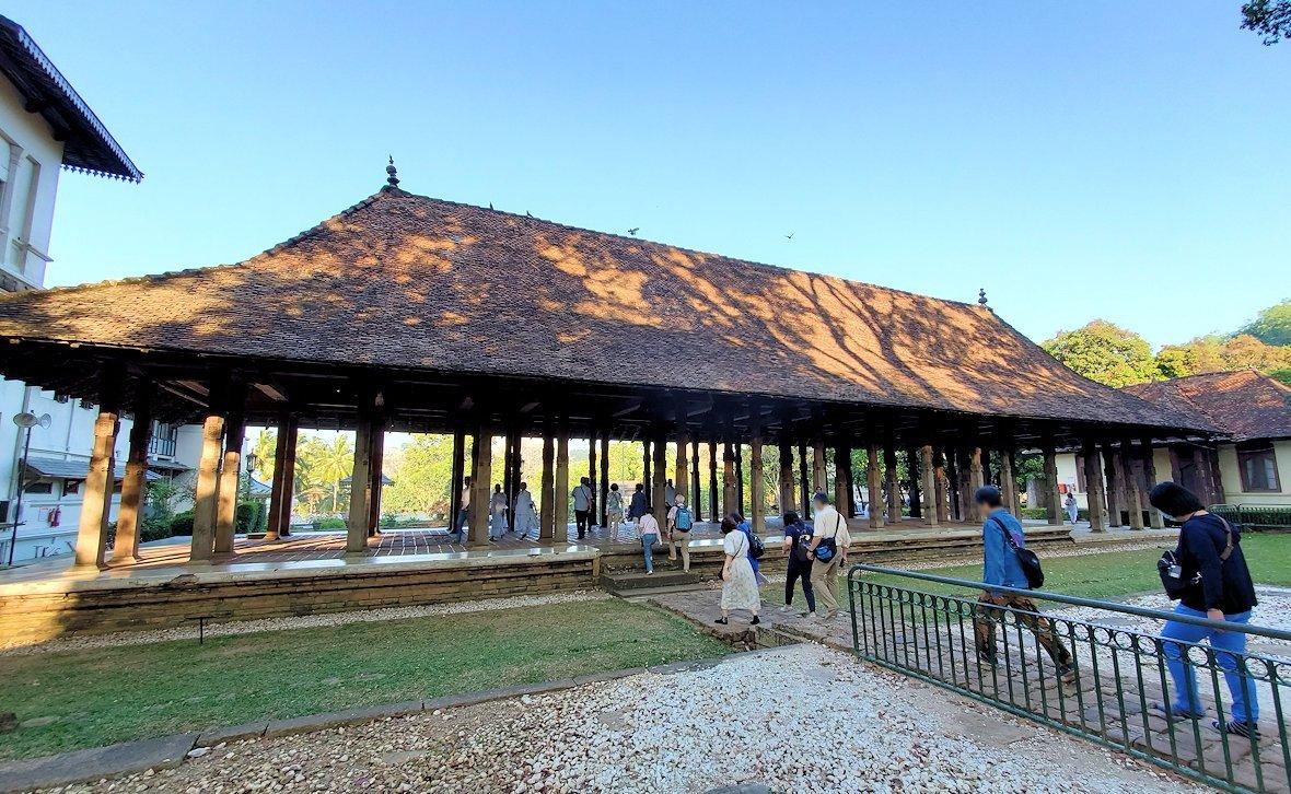 キャンディの仏歯寺の敷地内にある茅葺屋根の建物-2