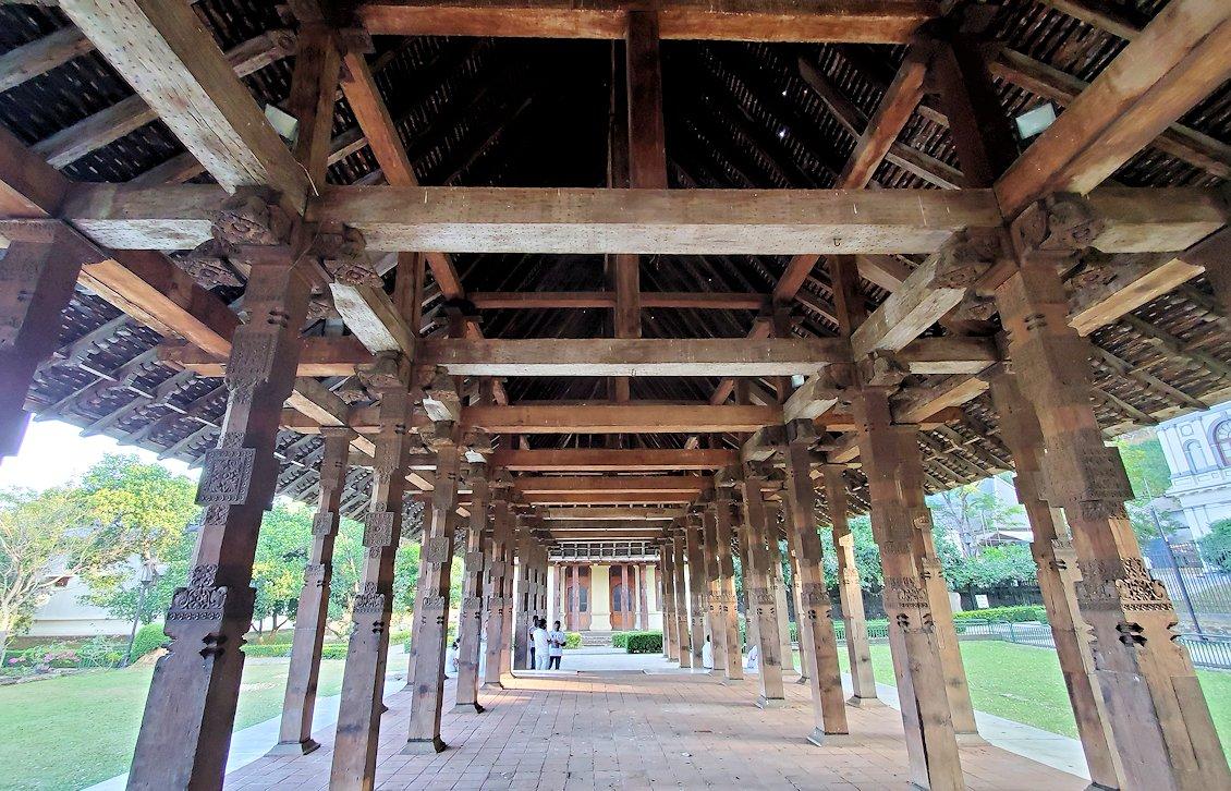 キャンディの仏歯寺の敷地内にある茅葺屋根の建物の内側