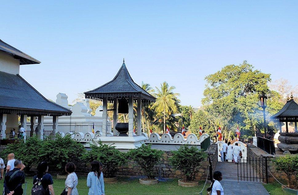 キャンディの仏歯寺の敷地内にある、大谷家本願寺から贈られた鐘