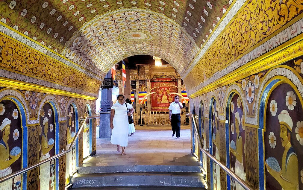 キャンディの仏歯寺でペラヘラ祭で象が待つ場所へ繋がる通路