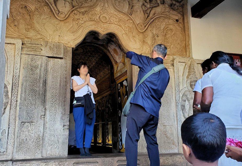 キャンディの仏歯寺の本堂内から繋がる通路で記念撮影する人