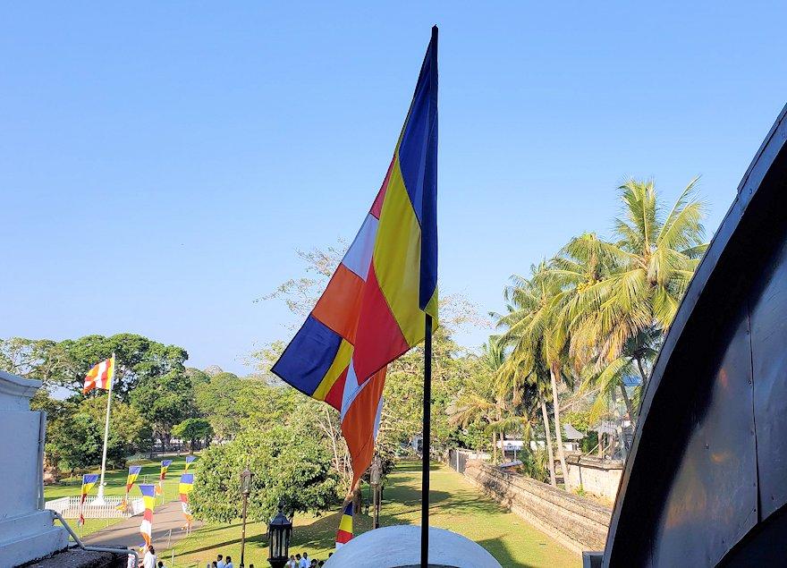 キャンディの仏歯寺の敷地内で見かけた仏旗