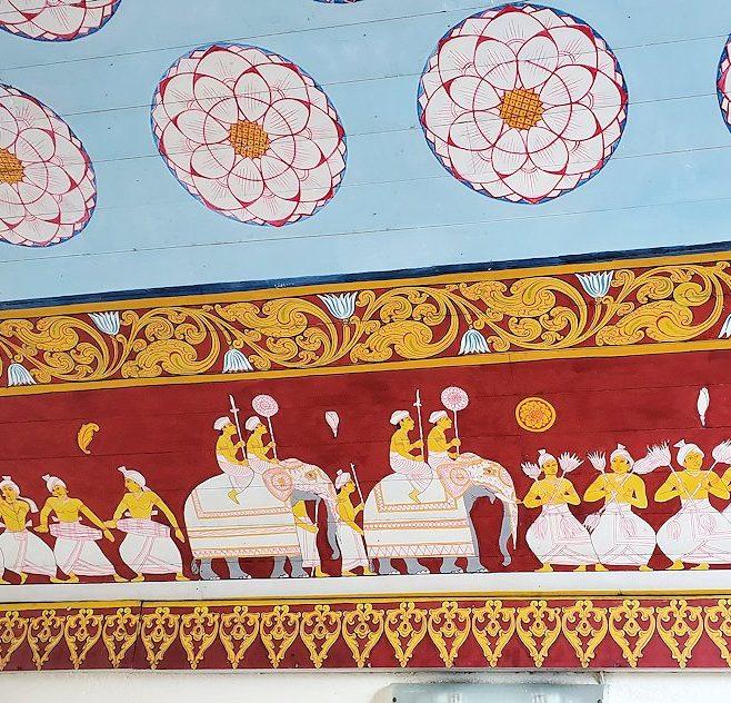 キャンディの仏歯寺でペラヘラ祭の時にゾウが待機している場所に描かれている絵