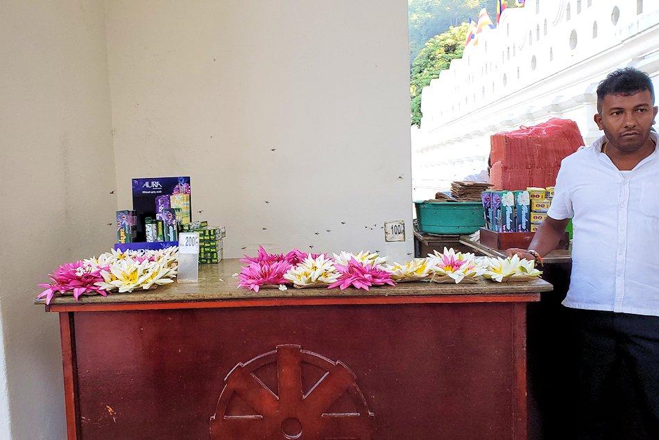 キャンディの仏歯寺で売られていたお供え用の蓮の花