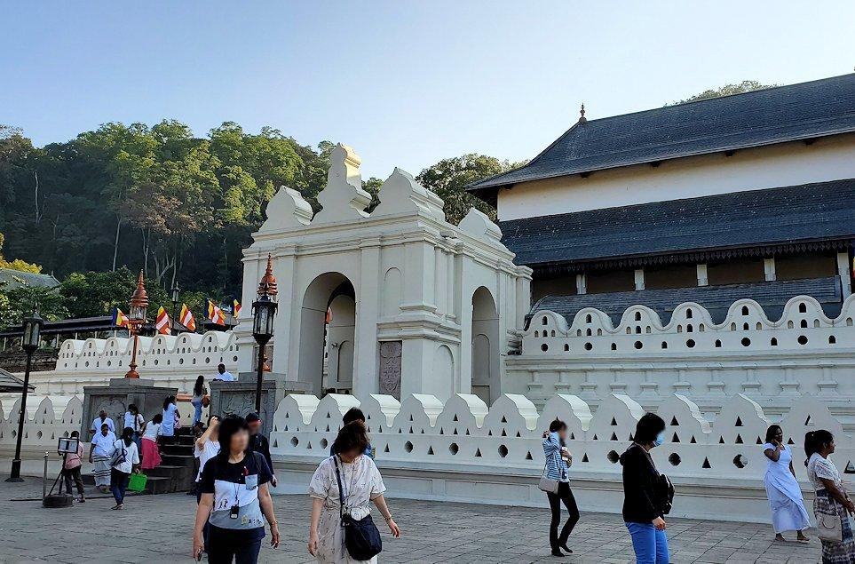 キャンディの仏歯寺の正面建物-2