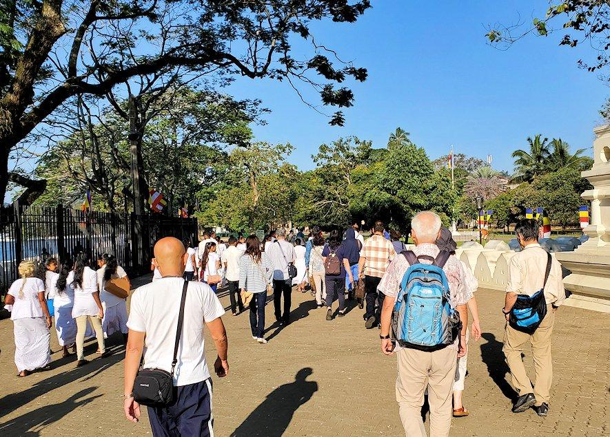 キャンディの仏歯寺での見学を終えて、帰る人達