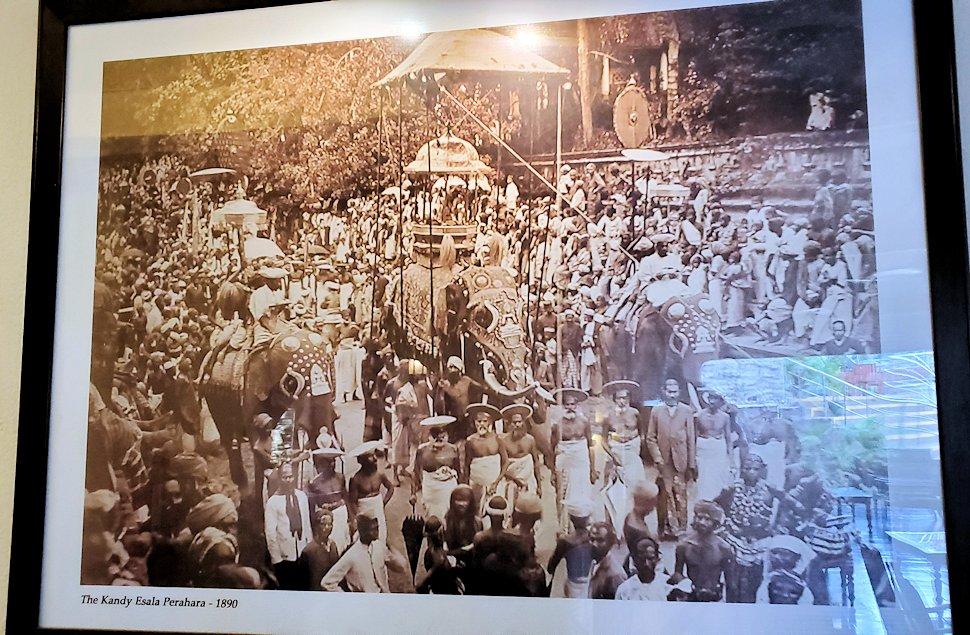 キャンディのクイーンズホテル内に飾られていた、昔のペラヘラ祭の写真