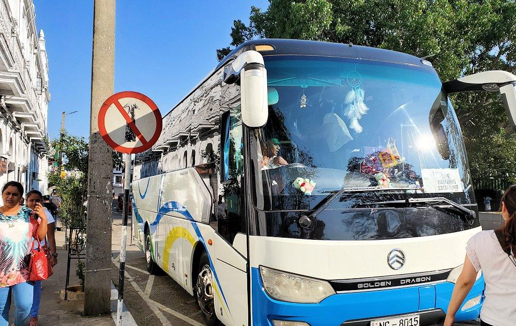 キャンディのクイーンズホテル前に停まっていたバス
