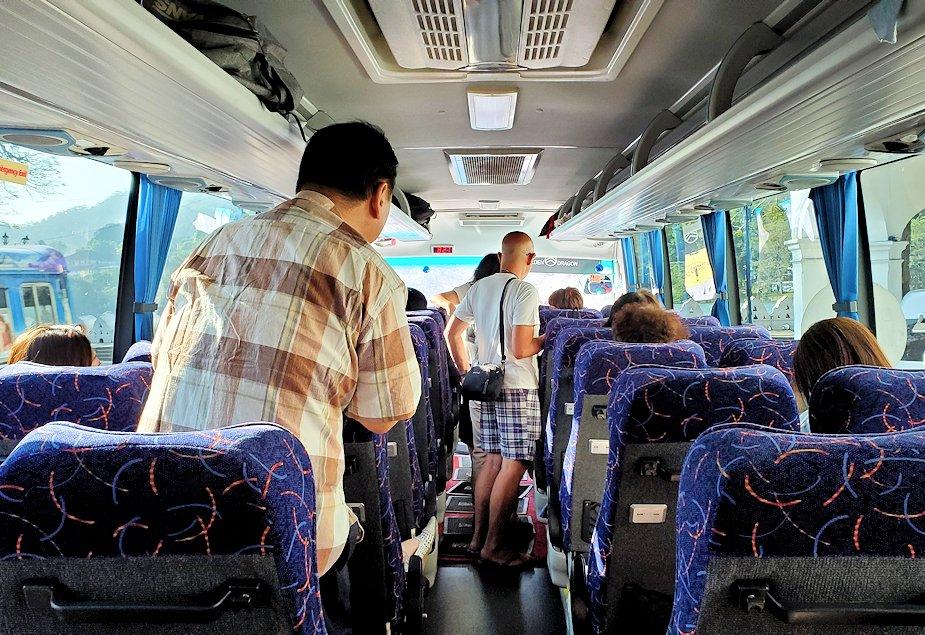 キャンディの街から走り去るバス車内