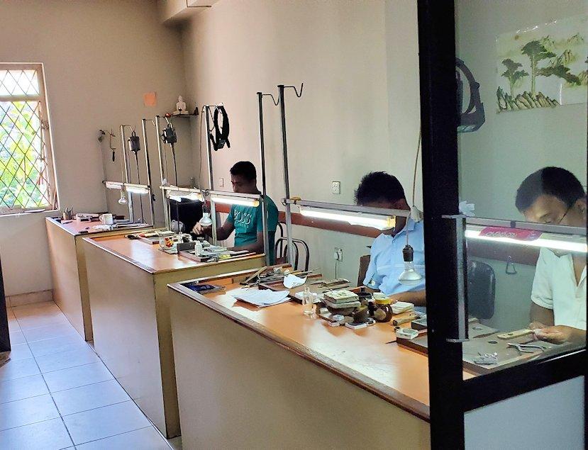 キャンディの近くにある宝石専門店で、宝石加工所を見学
