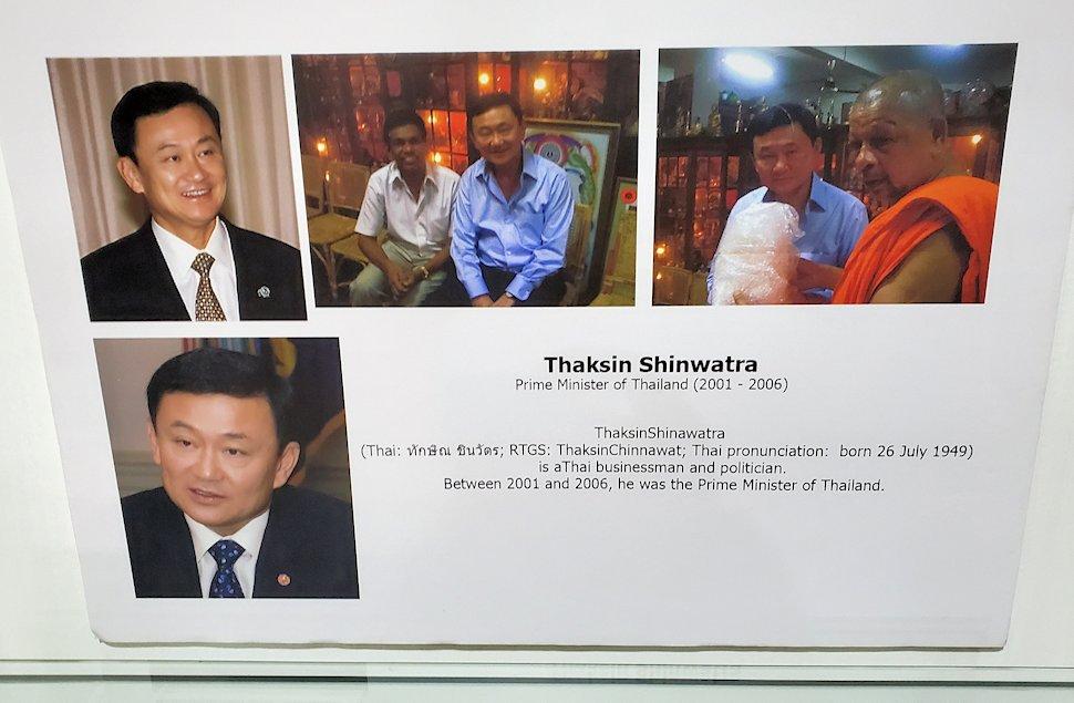 キャンディの近くにある宝石専門店の壁に飾られていたタイ王国第31代首相「タクシン・チナワット(Thaksin Shinawatra)」のパネル