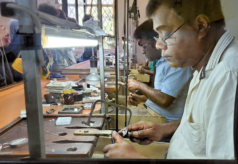 キャンディの近くにある宝石専門店で、宝石加工所を見学-2