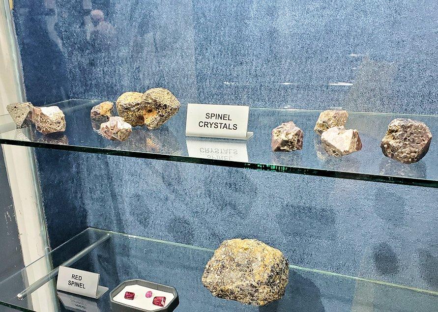 キャンディの近くにある宝石専門店に展示されていた宝石岩石