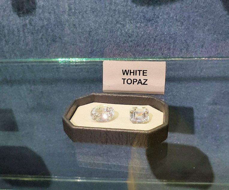 キャンディの近くにある宝石専門店に展示されていたホワイトトパーズの原石
