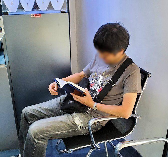 キャンディ近くの宝石専門店のショールームで本を読む人