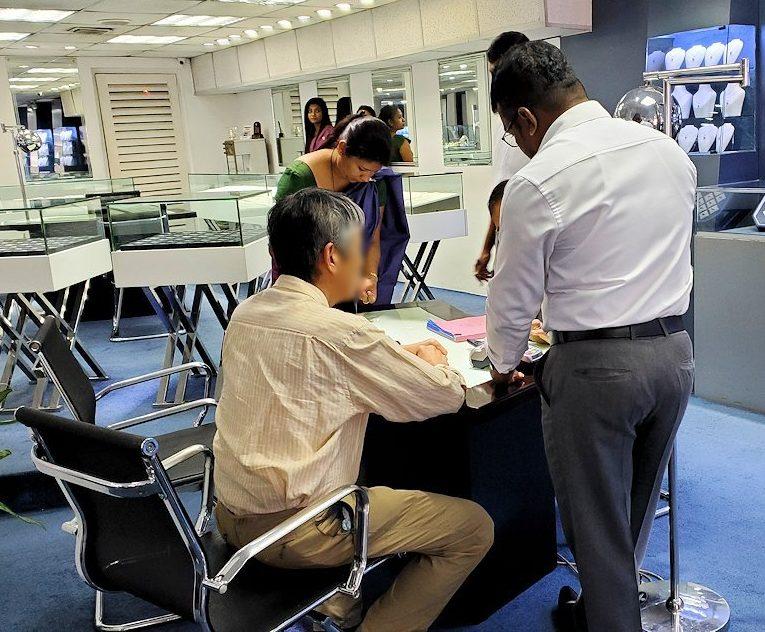 キャンディ近くの宝石専門店のショールームで値段交渉する人達