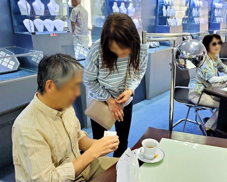 キャンディ近くの宝石専門店のショールームで、購入したアクセサリーを自慢するオジサン-2
