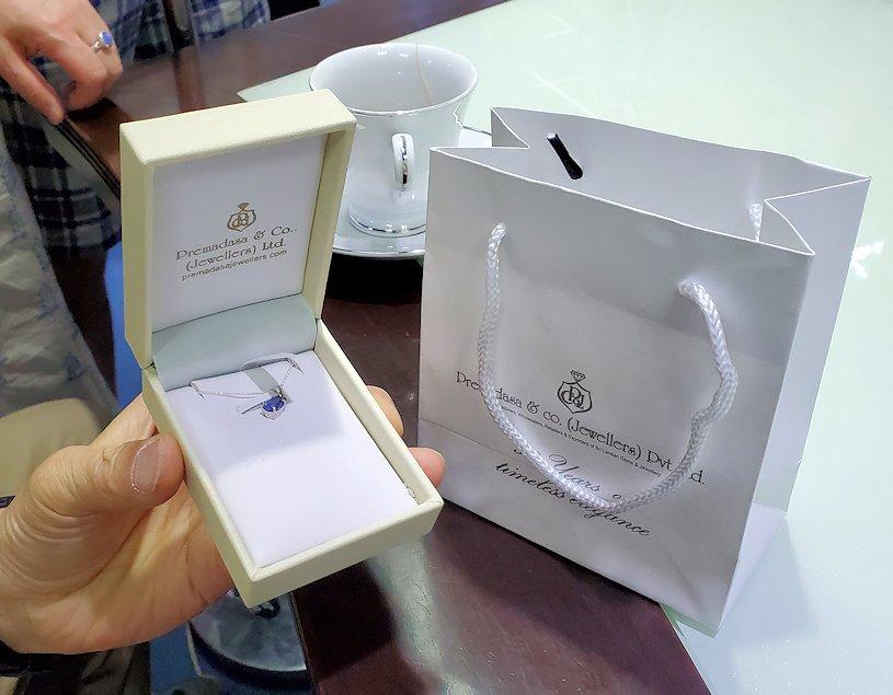 キャンディ近くの宝石専門店のショールームで、購入したアクセサリーを自慢するオジサン-3