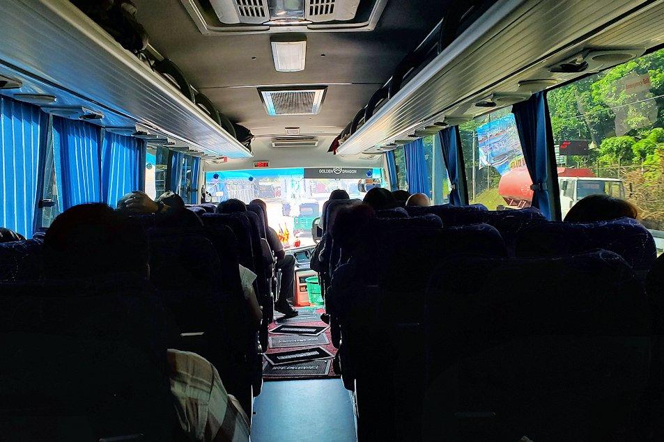キャンディの街から移動するバス