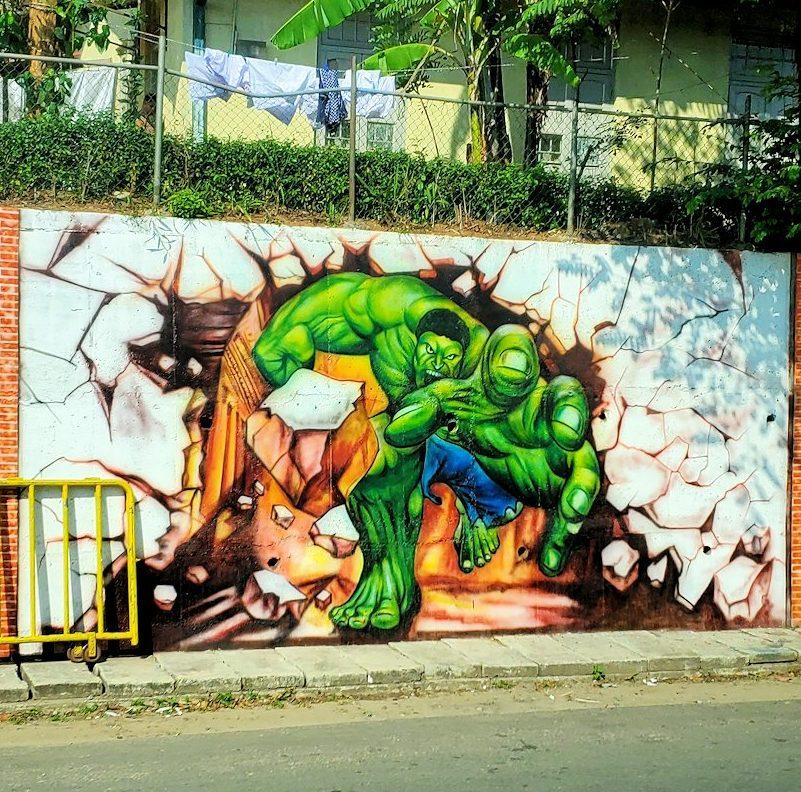 キャンディの街から移動するバスから見えた、超人ハルクの落書きアート