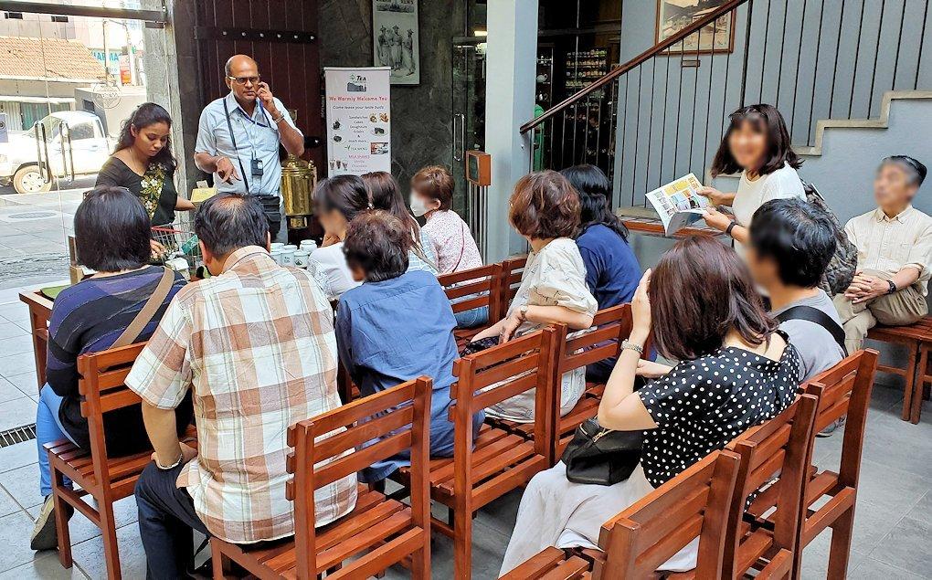 キャンディの街近くにある「ムレスナ・ティー」内で紅茶の説明会が始まる