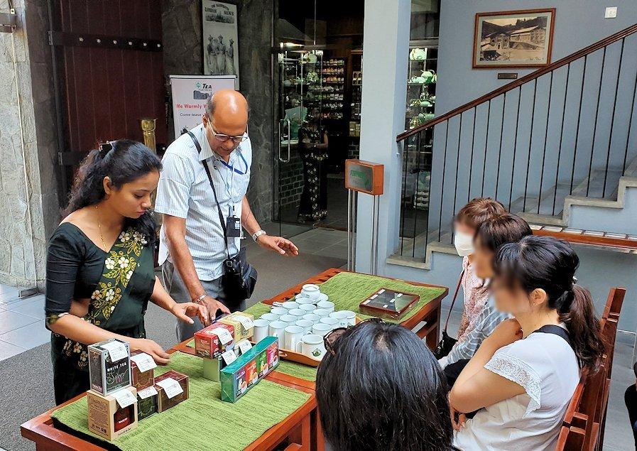 「ムレスナ・ティー」内で紅茶の説明会が始まる-3