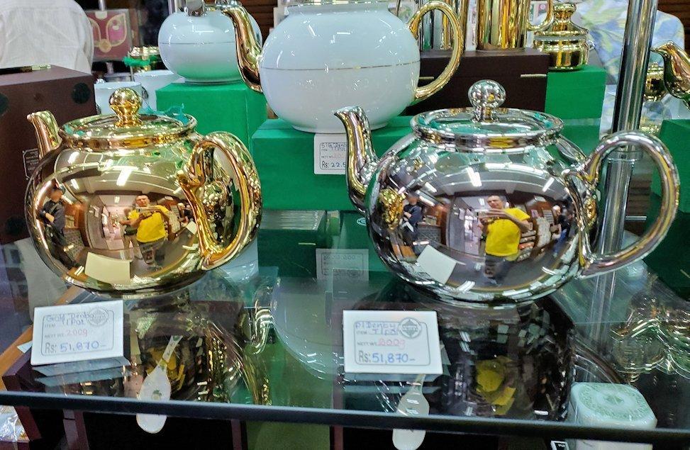 「ムレスナ・ティー」内のお店に置かれていた紅茶の、高そうなポット