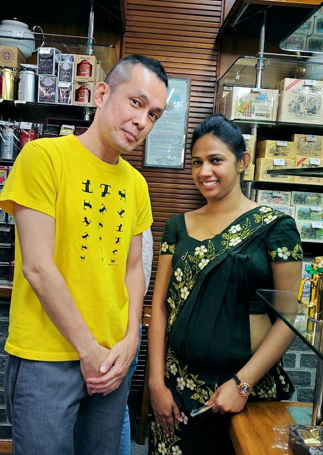 「ムレスナ・ティー」内のお店の店員さんと記念撮影