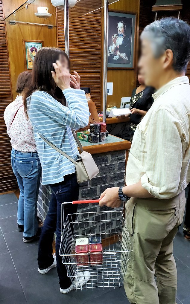 「ムレスナ・ティー」内のお店に置かれていた紅茶を買う人達-2