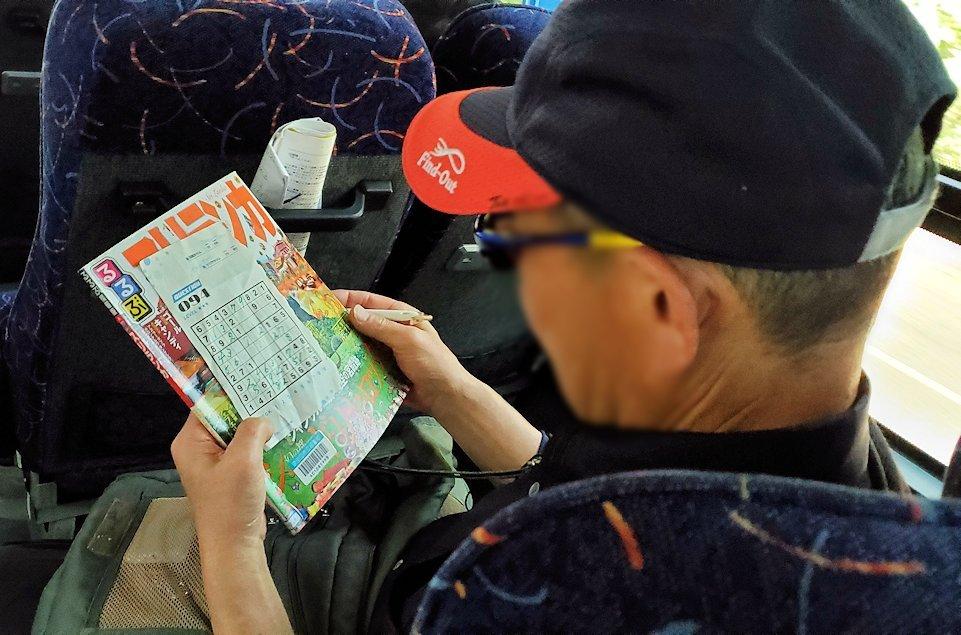 バスの車内でナンプレに励むオジサン