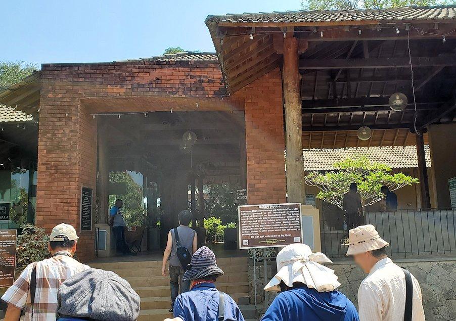 ピンナワラの「ゾウの孤児院」の入口へと進む