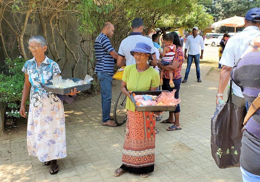 ピンナワラの「ゾウの孤児院」近くで商売する物売り達