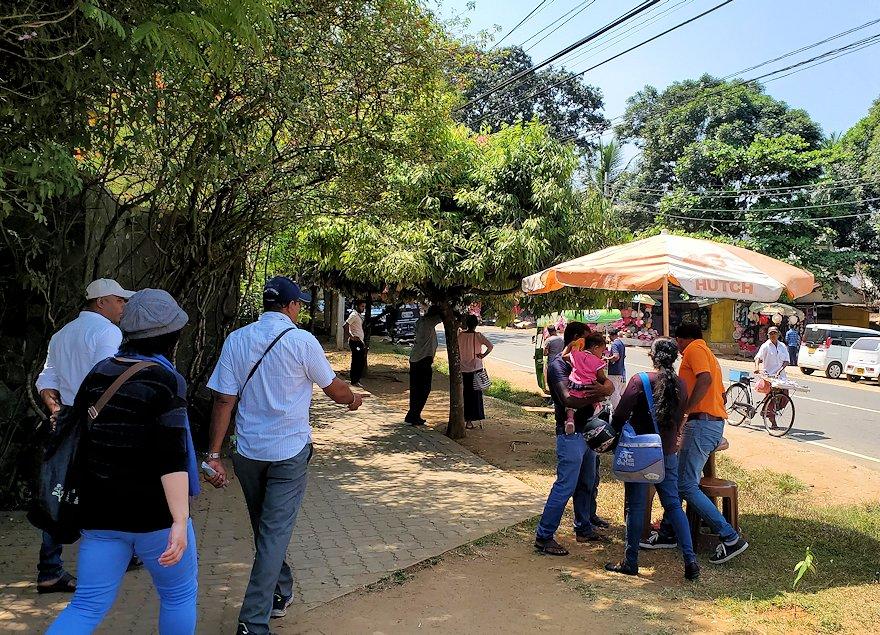 ピンナワラの「ゾウの孤児院」近くで商売する物売り達-2