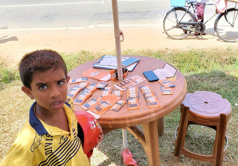 ピンナワラの「ゾウの孤児院」近くで商売する宝くじ売り場