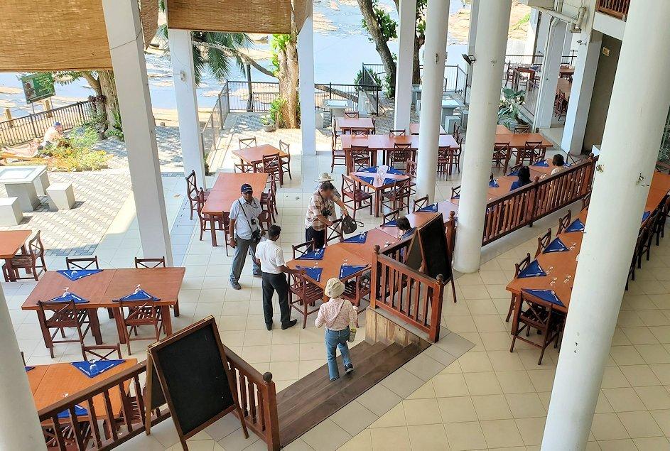 ピンナワラの街にあるホテル・エレファント・ベイのレストランの様子