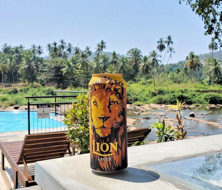ピンナワラにあるホテル・エレファント・ベイのレストランからで、ライオンビールを写す