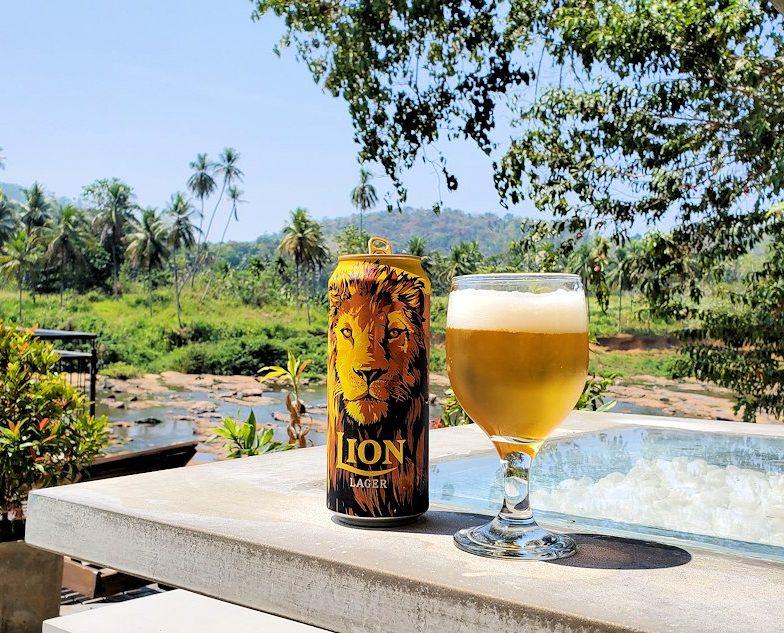 ピンナワラの川沿いにあるレストランでライオンビールを飲む