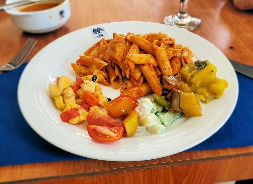 ピンナワラにあるホテル・エレファント・ベイのレストランでの昼食バイキングで食べた料理