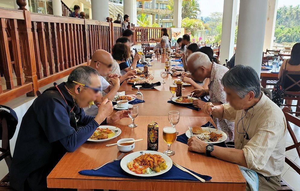 ピンナワラにあるホテル・エレファント・ベイのレストランでの昼食を食べる人達
