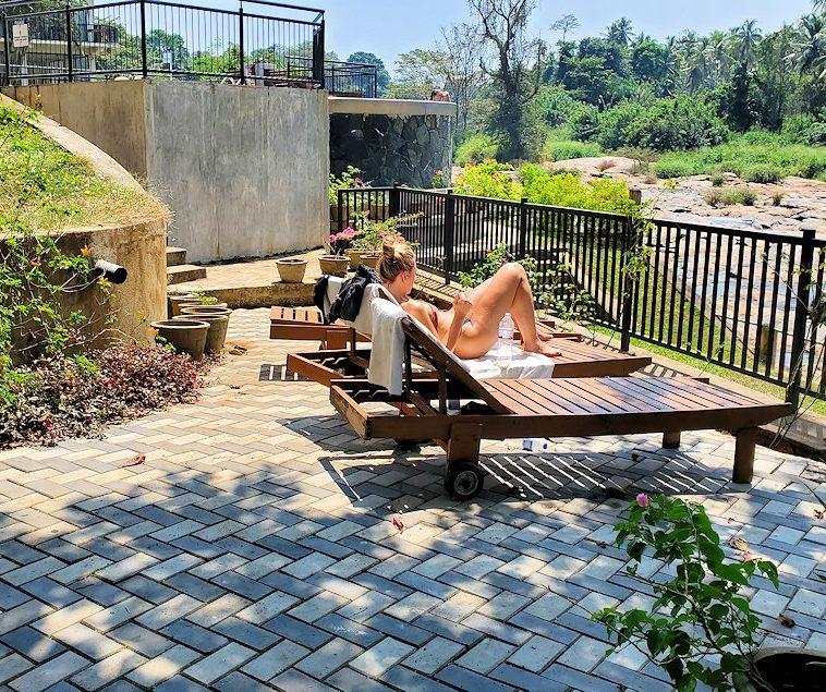 ホテル・エレファント・ベイのレストランから見える、川沿いで日光浴する女性