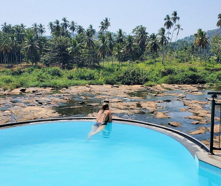 ホテル・エレファント・ベイのプールを満喫する女性