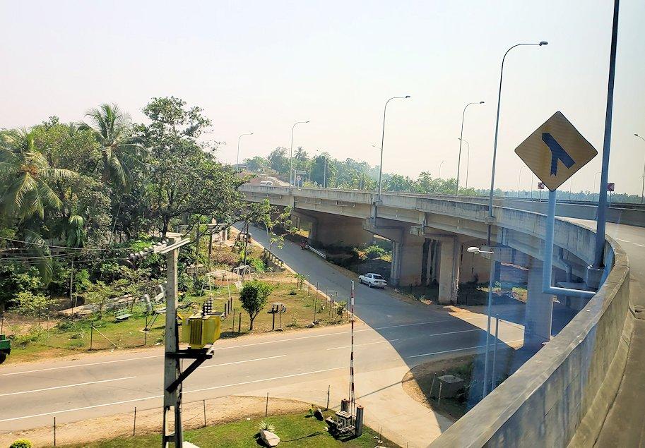 コロンボ市内とゴールを結ぶ高速道路を進むバス