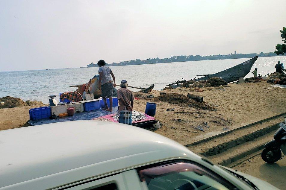 スリランカのゴール付近で見えた、海沿いの漁村