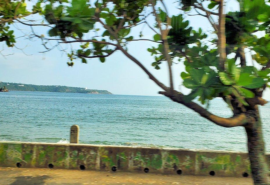 スリランカ:ゴールの街まで向かう道沿いの海岸線