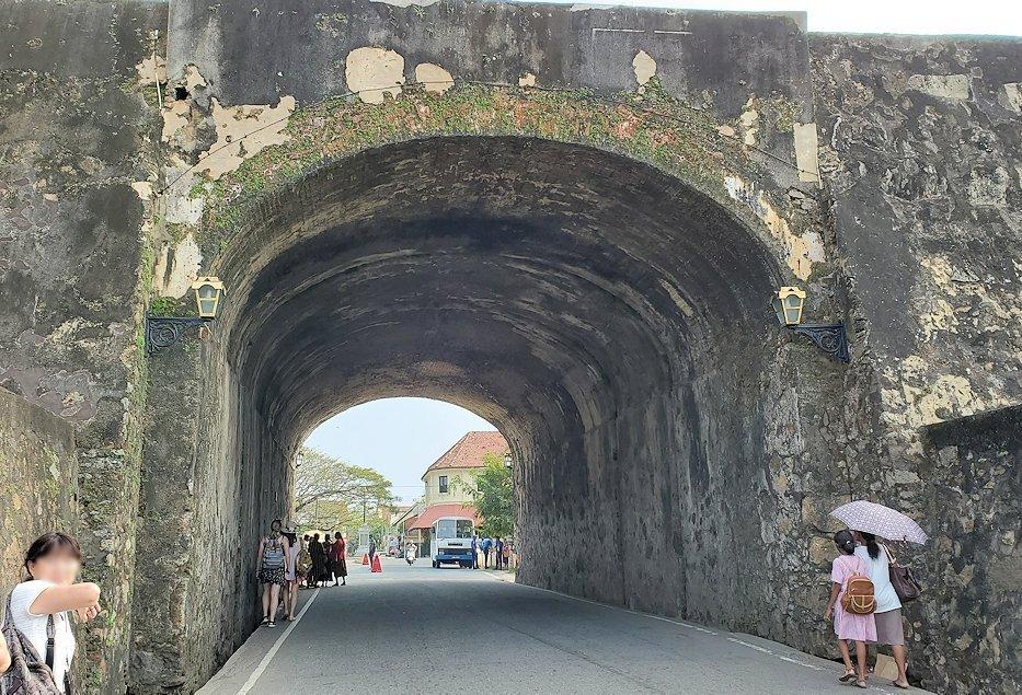 スリランカ:ゴールの旧市街地を囲む要塞跡の道を通る