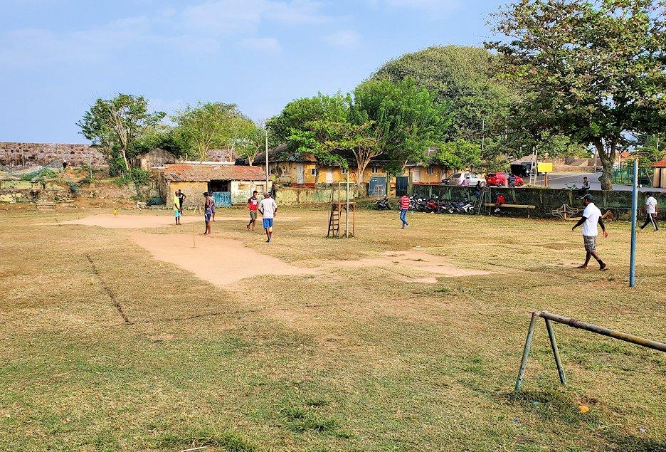 スリランカ:ゴールの旧市街地にあった運動場でクリケットをする人達