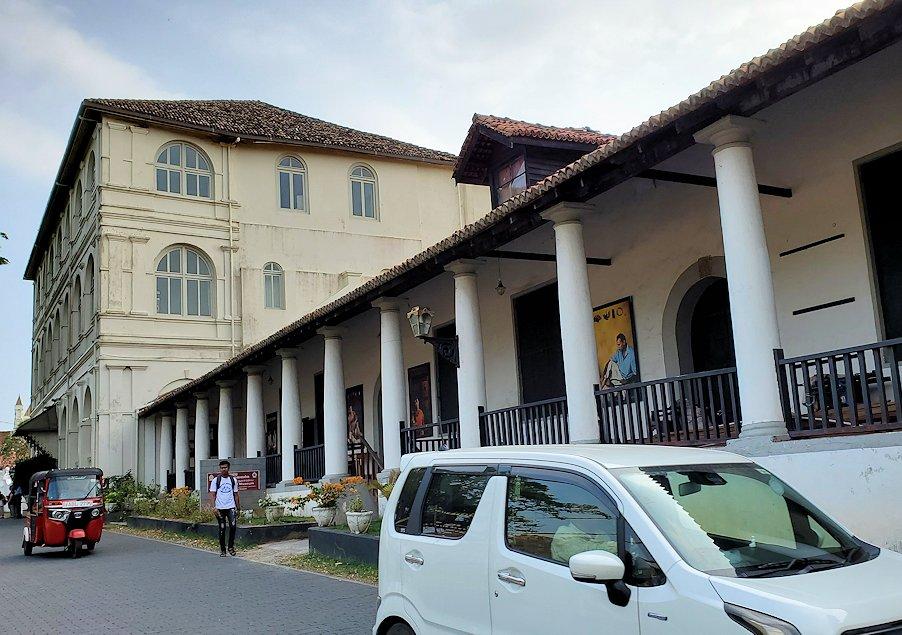 スリランカ:ゴールの旧市街地にある建物を眺める