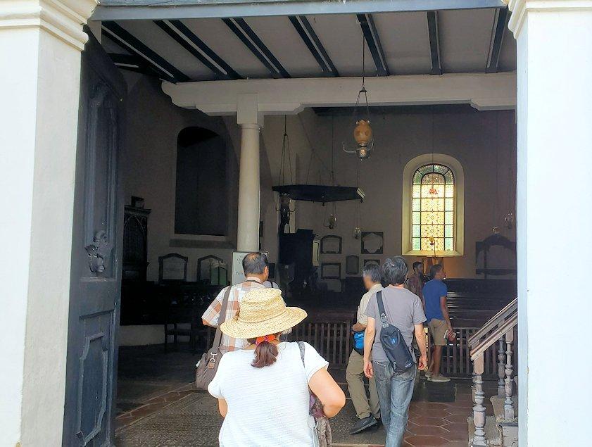スリランカ:ゴールの旧市街地にあるオランダ教会に入る