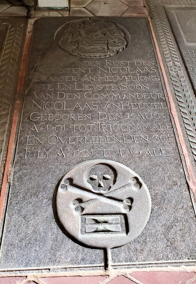 スリランカ:ゴールの旧市街地にあるオランダ教会の床にある墓石