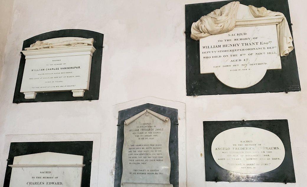 スリランカ:ゴールの旧市街地にあるオランダ教会の壁にあるイギリス人の墓石